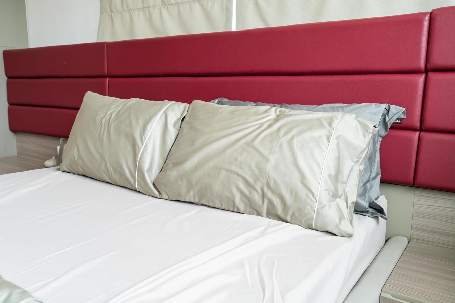 kuddedekoration på en säng i sovrummet foto
