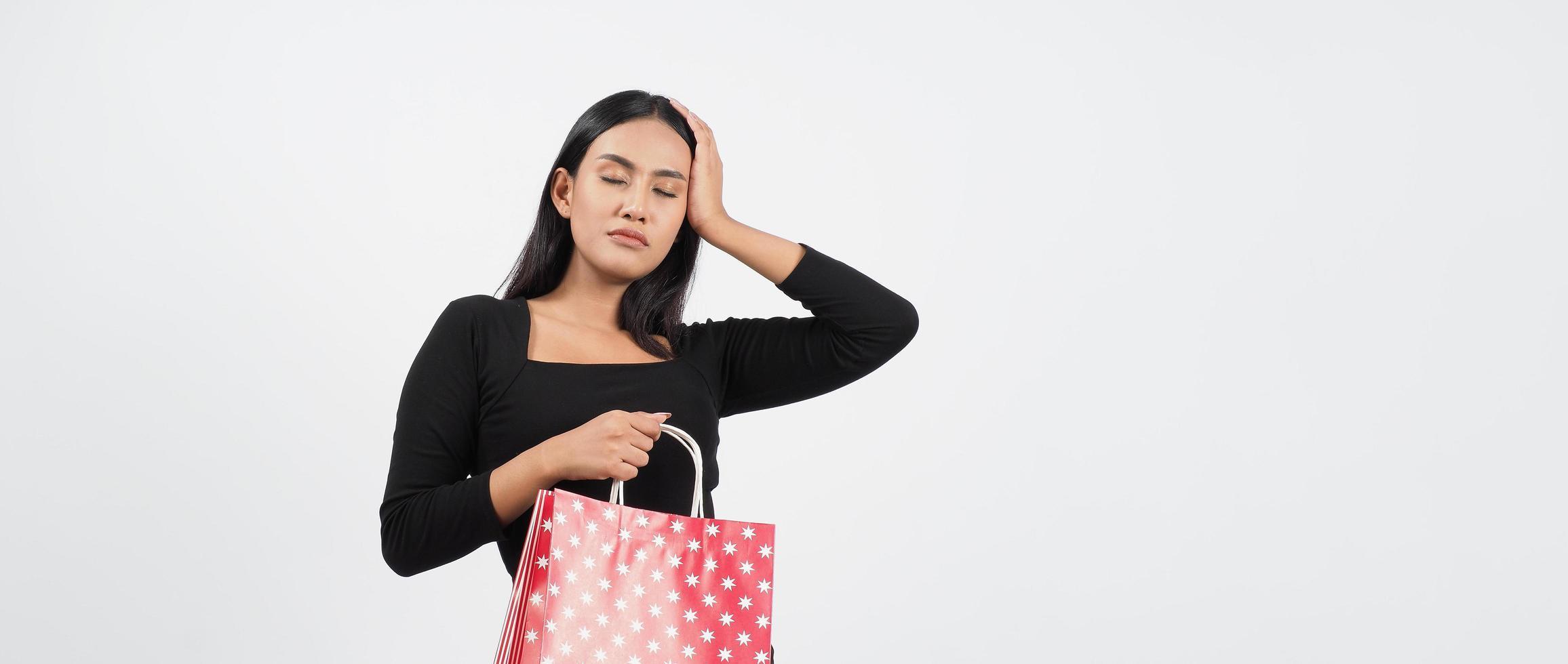 kvinna shopping koncept. glad tjej och shoppingkassar foto