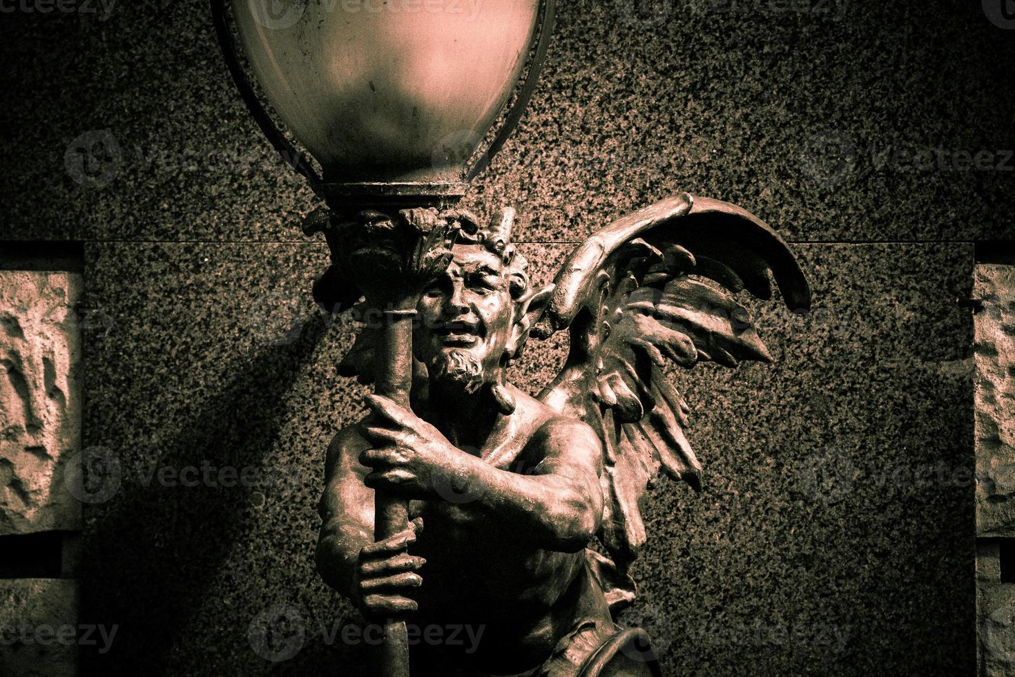 staty av en demon foto