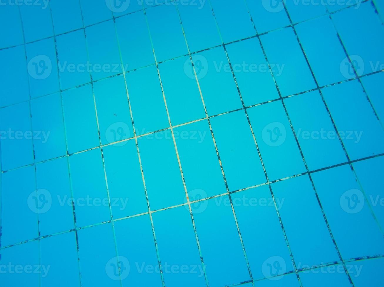 textur av blå kakel på botten av poolen foto