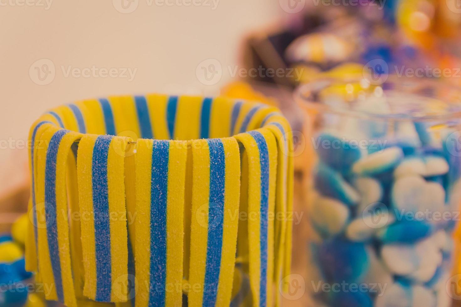 närbild av skålen med färgglada söta välsmakande gummy godis på barnens födelsedagsfest foto
