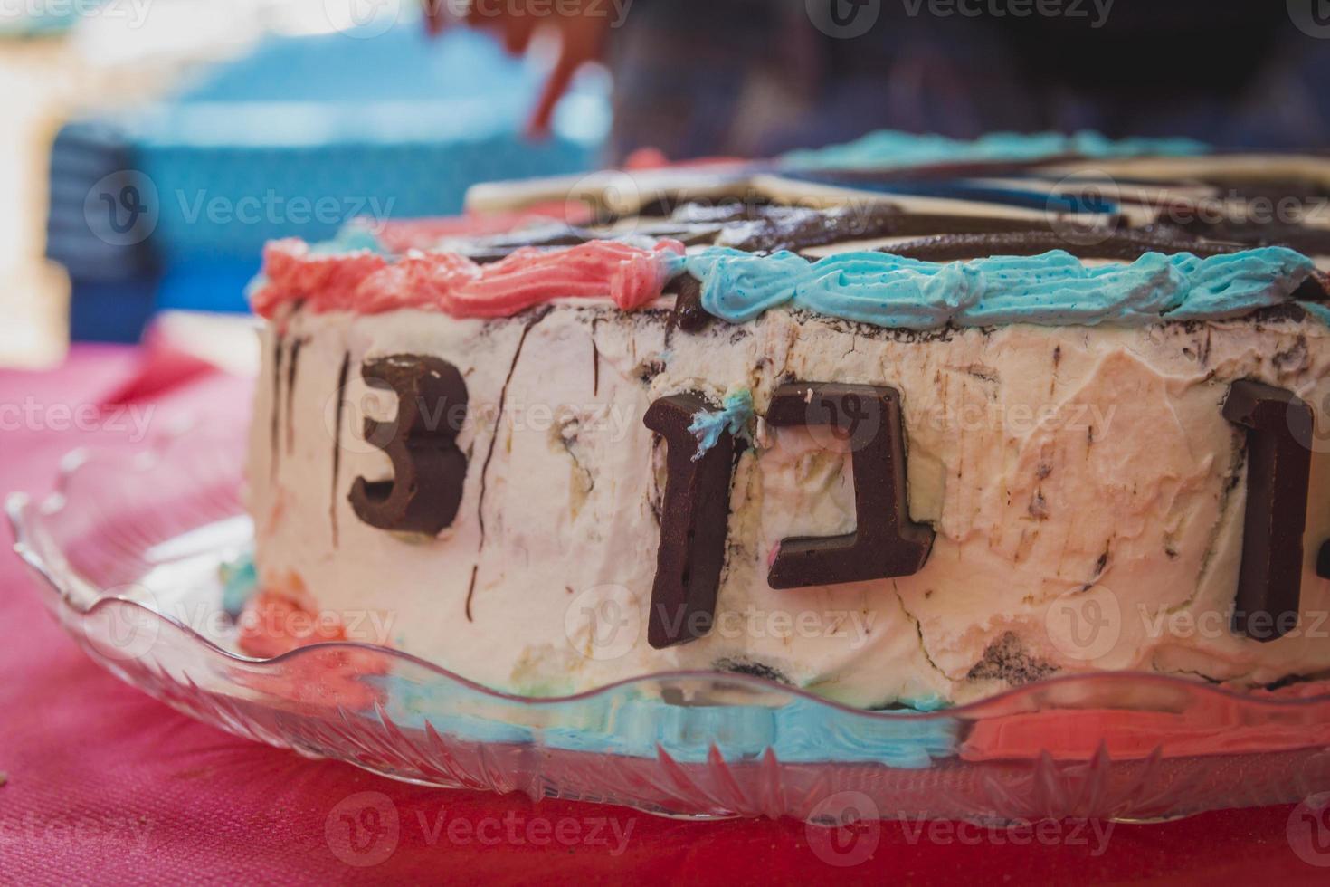 födelsedagstårta nummer 3 dekoration gjord av choklad på gräddtårta foto
