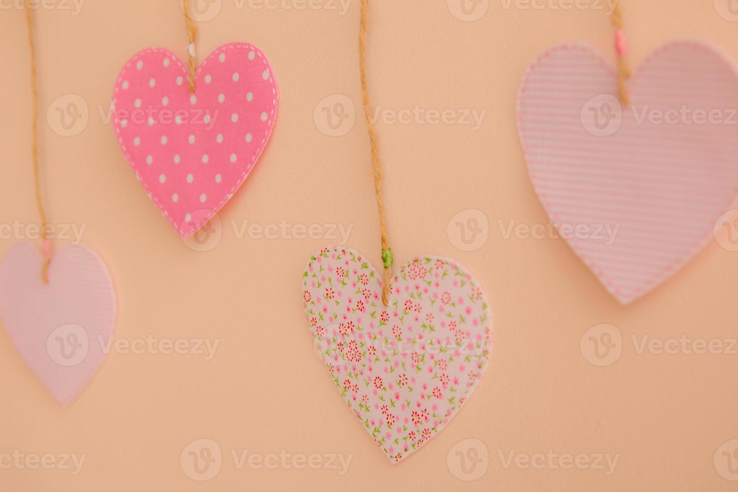 hjärtformade tyglappar som hänger på väggen foto
