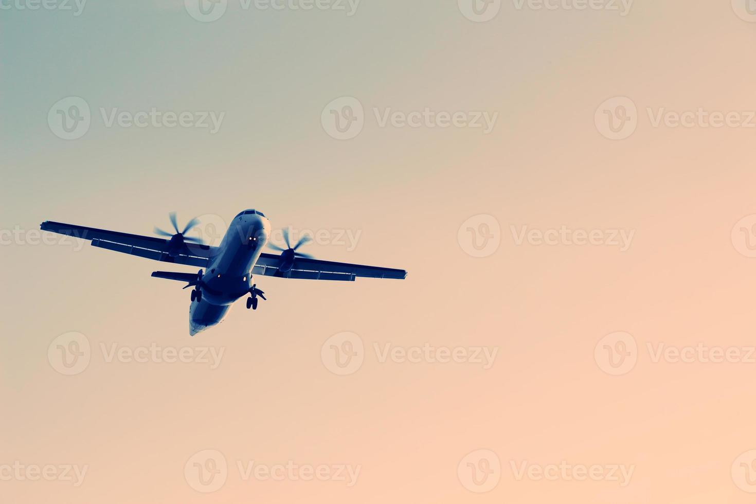 flygplan som flyger i himlen foto