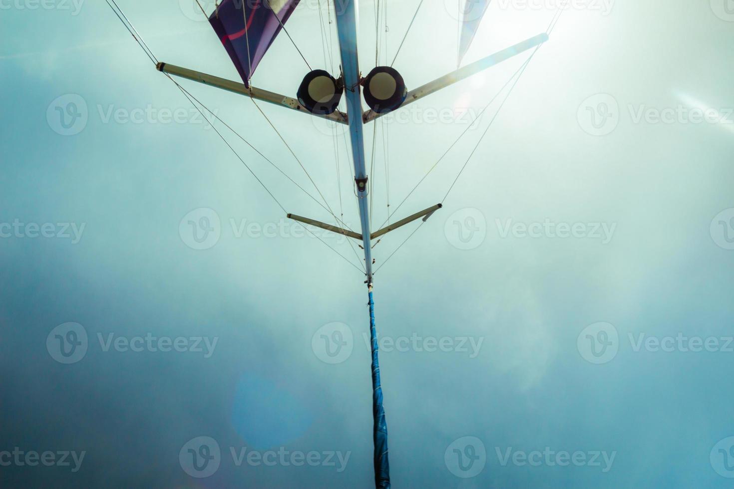 lågvinkelsikt över yacht segel foto