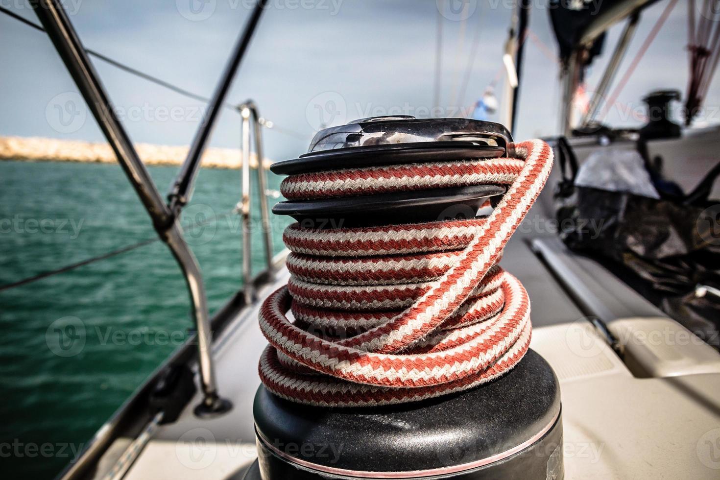 vinsch med rött och vitt rep på segelbåt i havet foto