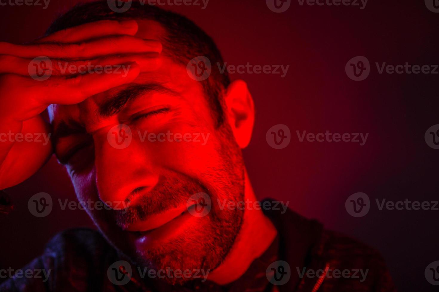 mannen lider av huvudvärk foto