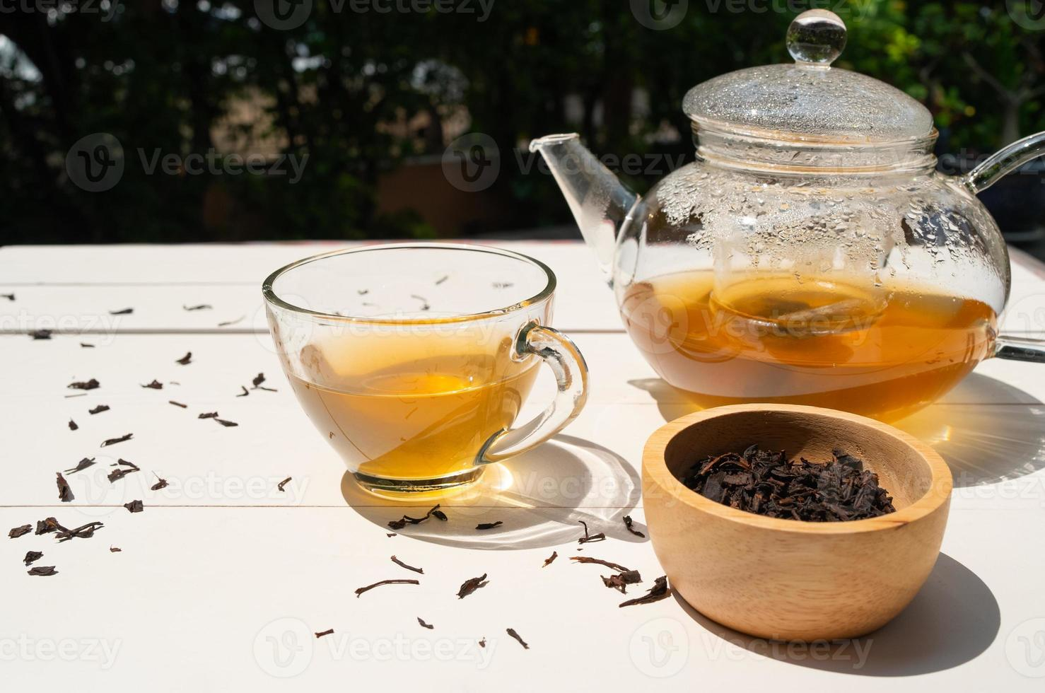 varmt eftermiddagste serverat på bordet i caféet foto