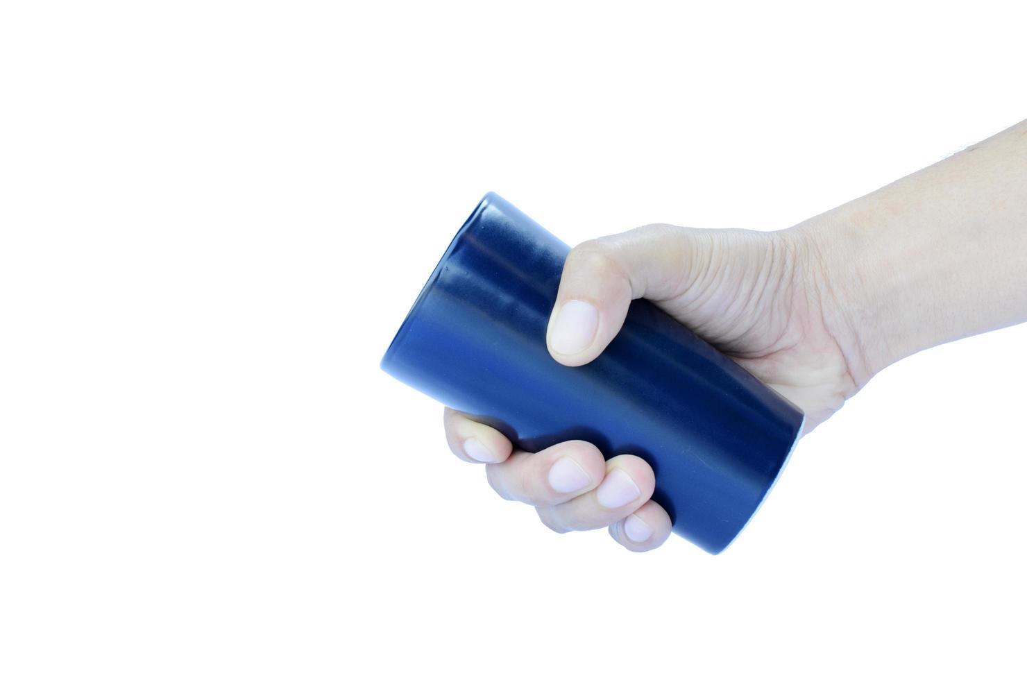 höger hand som håller keramisk blå kopp isolerad på vit bakgrund inkluderar urklippsbana foto