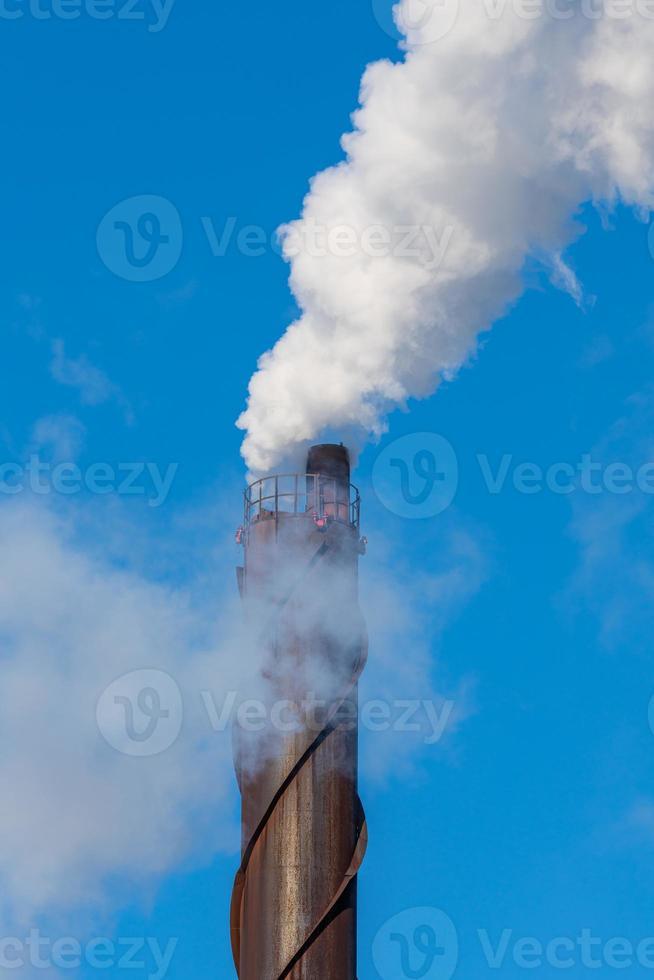 skorsten som förorenar atmosfären vid ett kraftverk i sverige foto