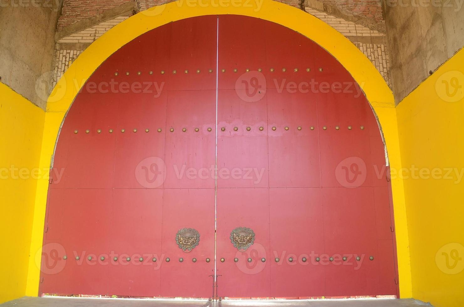 kinesiskt dörrhandtag. gammal kinesisk dörr foto