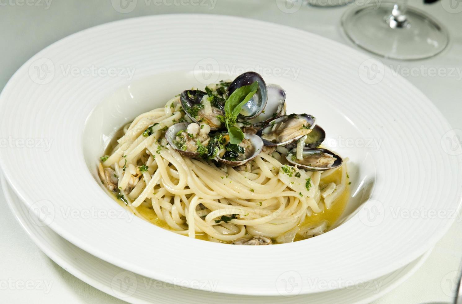 spaghetti skaldjur på vit bakgrund foto