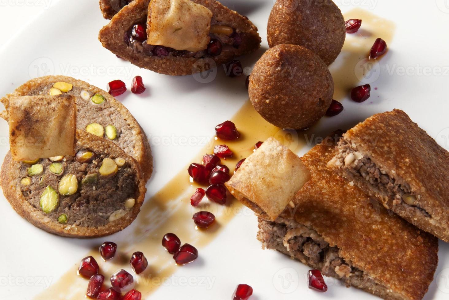 arabisk traditionell tekanna och orientalisk quibe -tallrik foto
