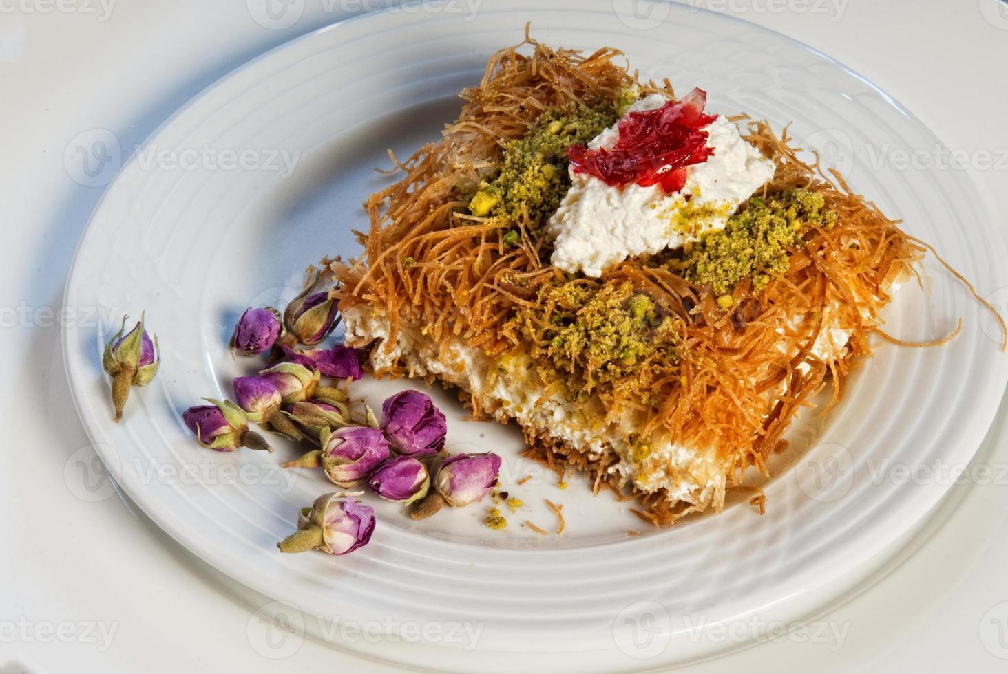 tallrik med orientaliska arabiska sötsaker baklava med ros foto