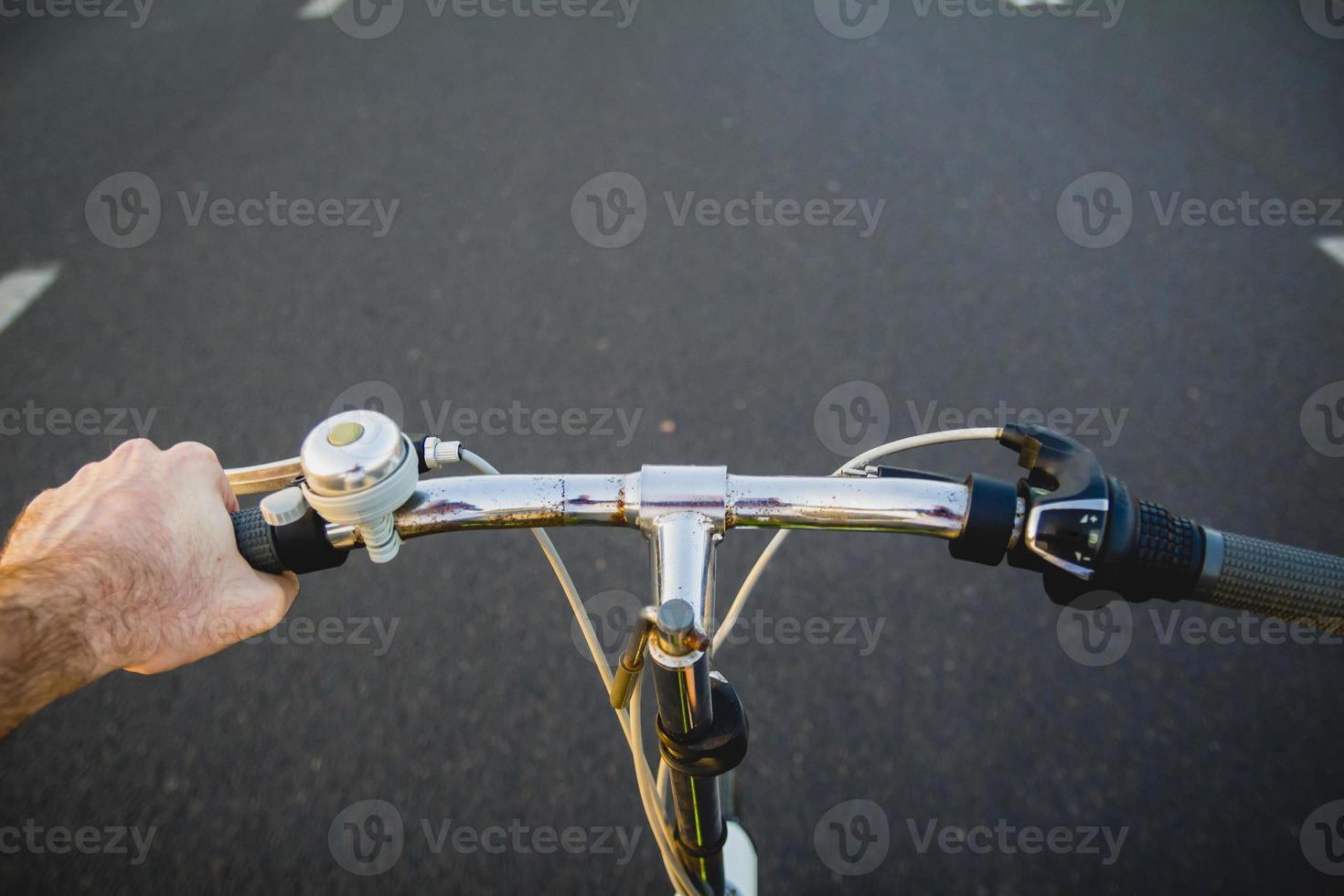 cykla på vägen foto