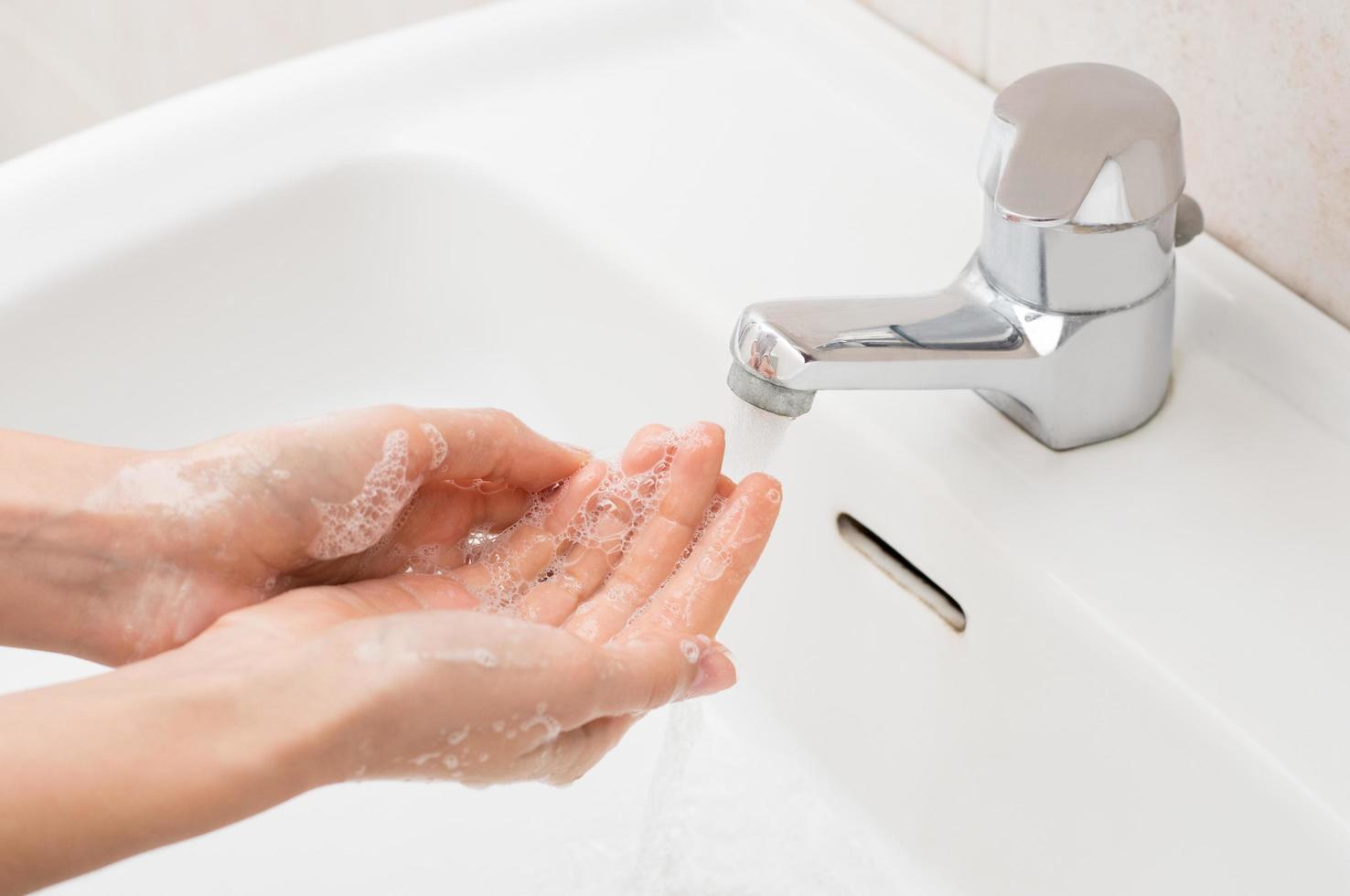 kvinna tvätta händerna foto