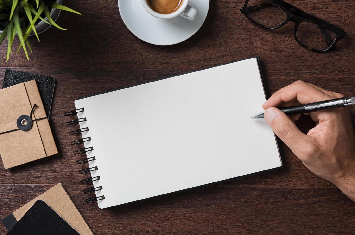 handskrivning på anteckningsblock foto