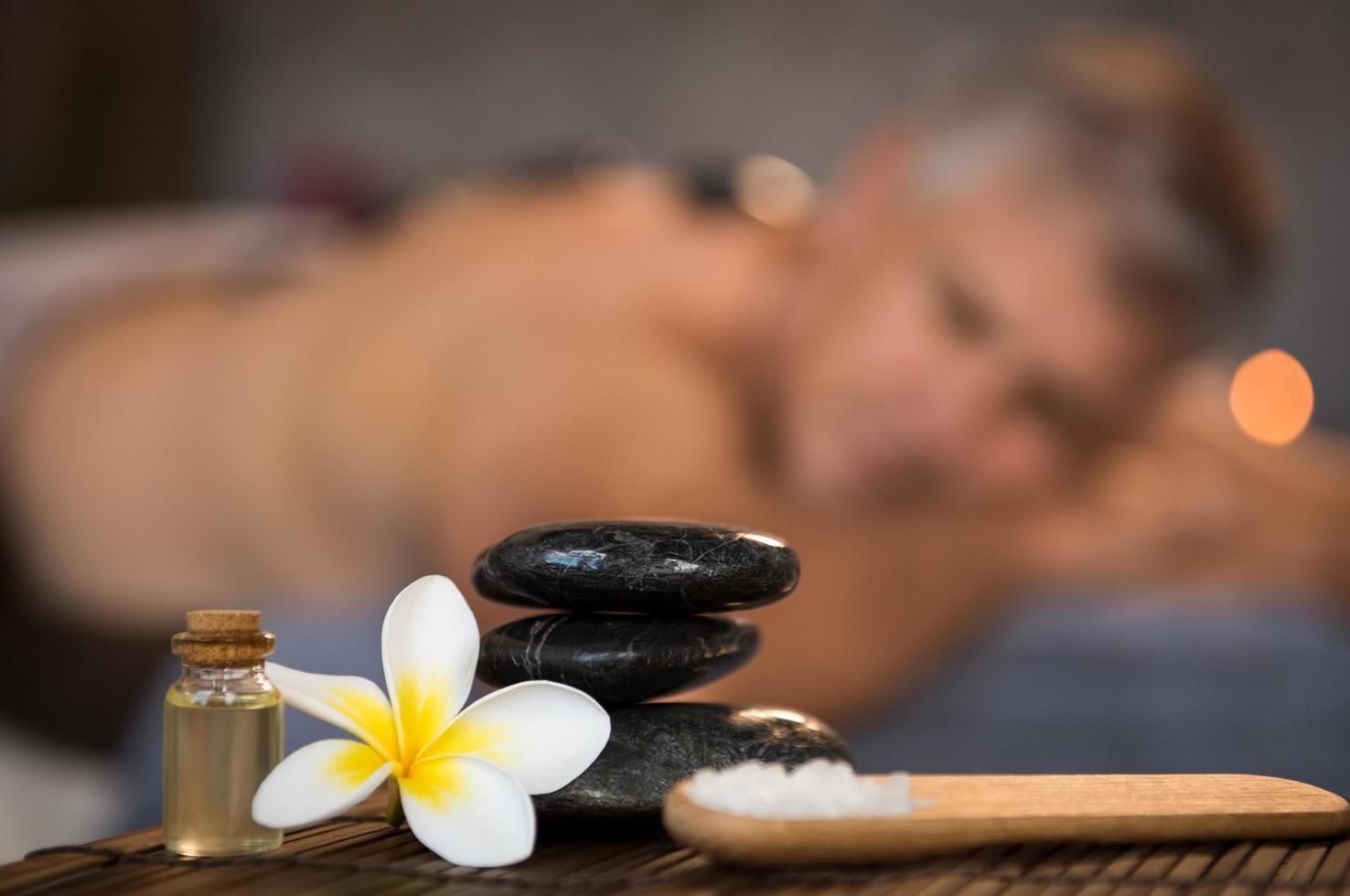 manlig spa -inställning med svarta heta stenar foto
