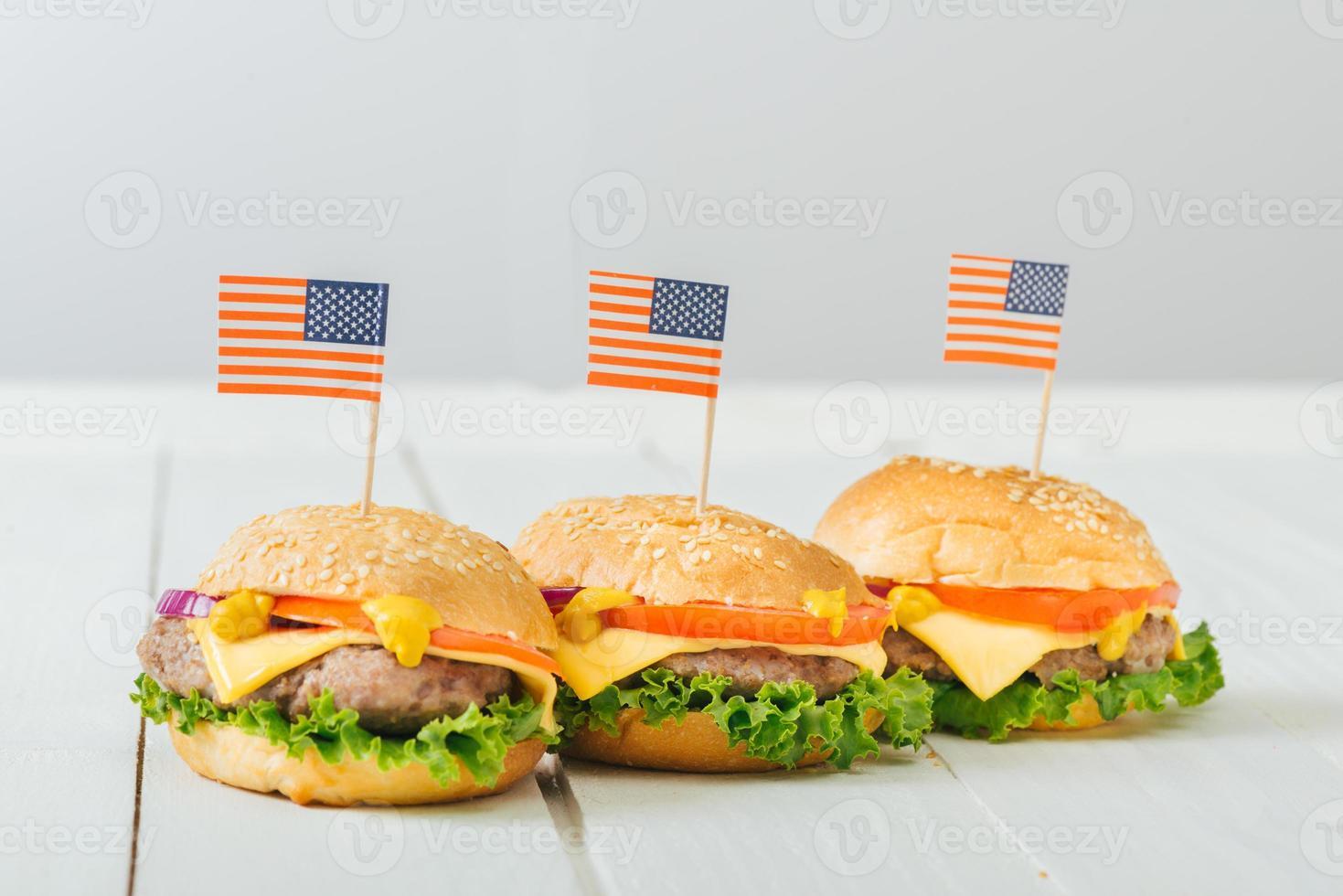 amerikanska nötköttburgare med ost. foto