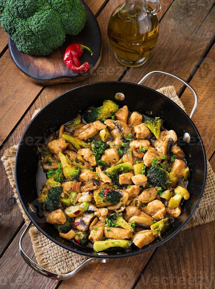 Rör stek kyckling med broccoli och svamp - kinesisk mat foto