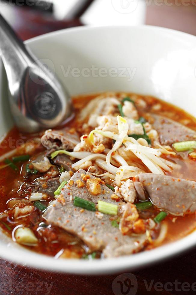 närbild thai kryddig soppnudel med fläsk foto
