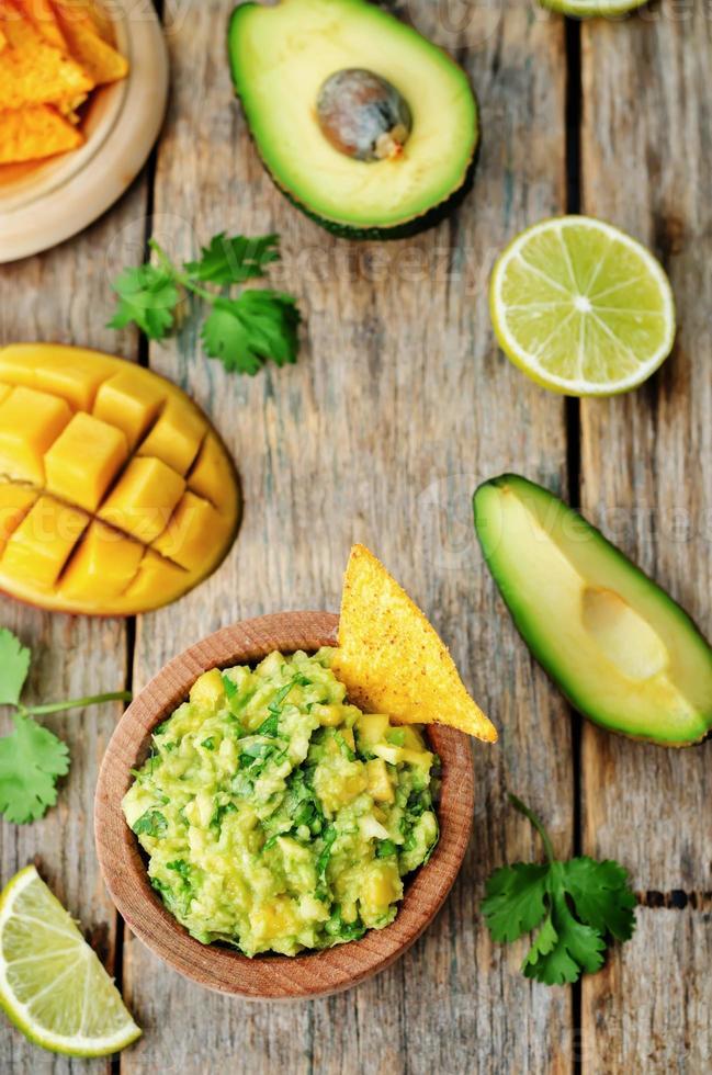 mango guacamole med majs chips foto