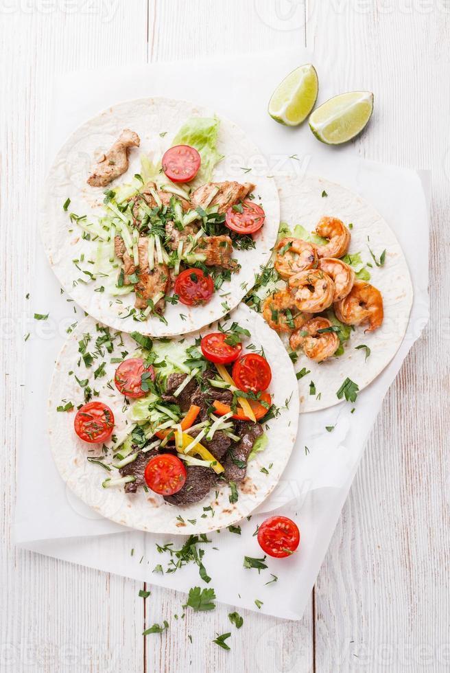 tortilla med nötkött, kyckling och räkor foto