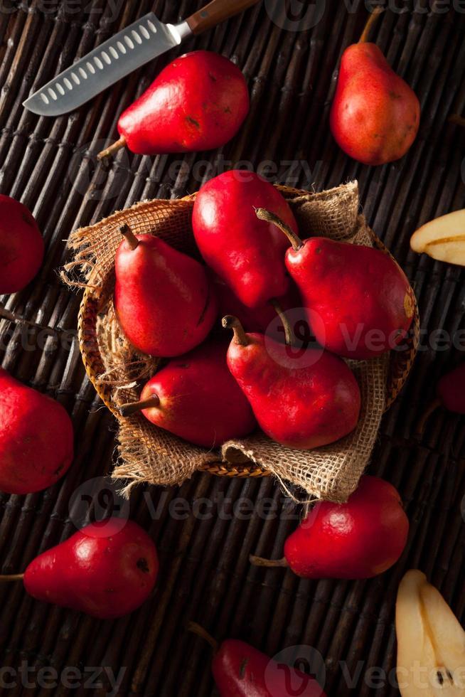 råa organiska röda päron foto