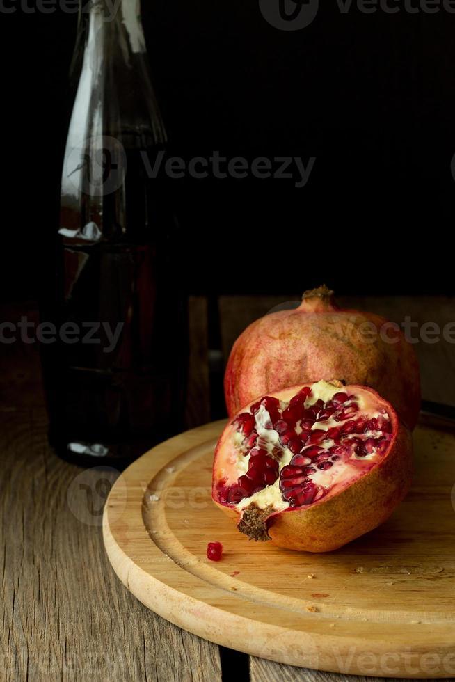 granatäpplen och flaskan vertikalt foto