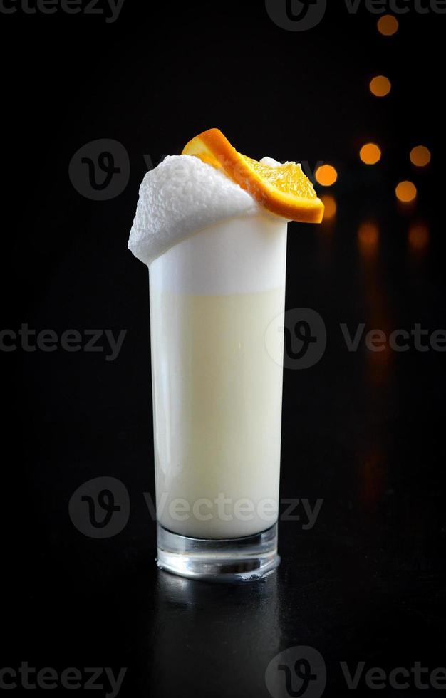 läcker sloe gin fizz cocktail foto