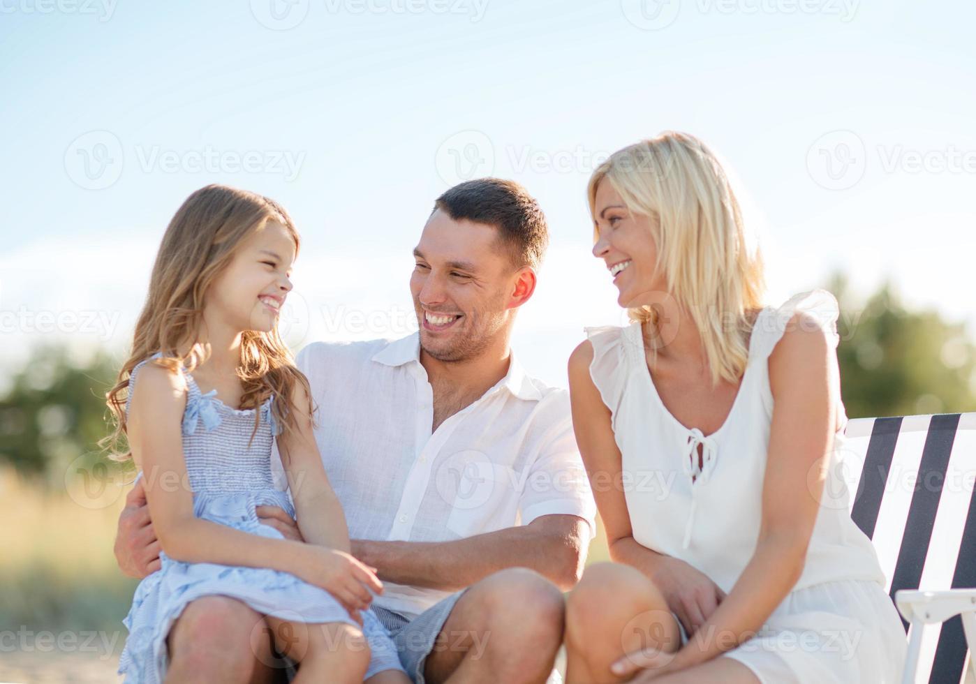 lycklig familj som har picknick foto