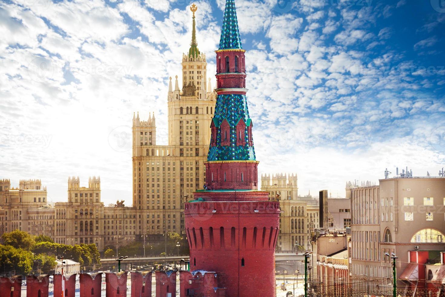utsikt över kotelnicheskaya invallning från kreml foto