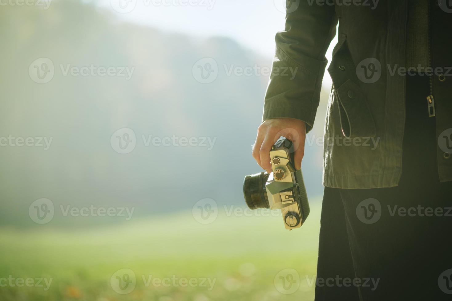 hipster kvinnlig fotograf som utforskar naturen på hösten foto