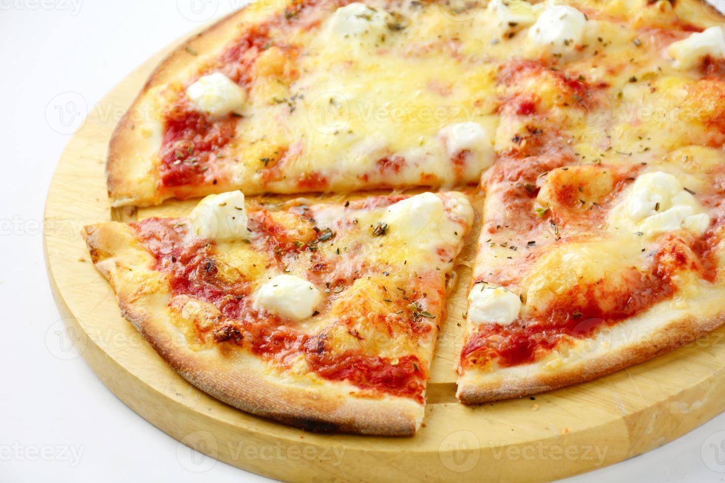 pizza med feta, skinka, ananas och ost, närbild foto