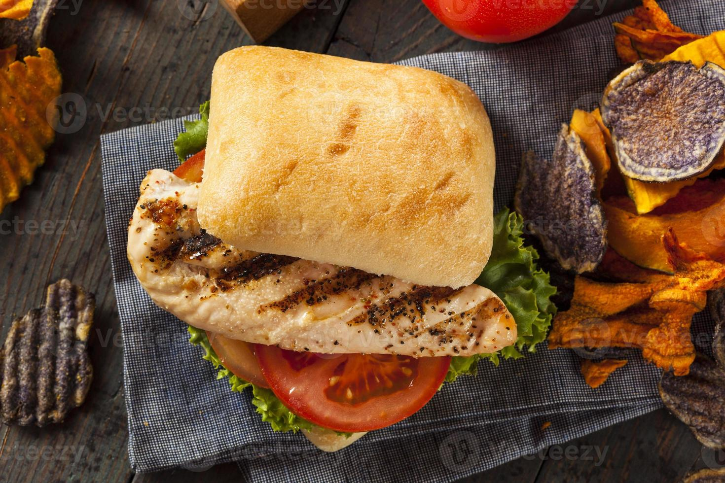hälsosam grillad kycklingsmörgås foto