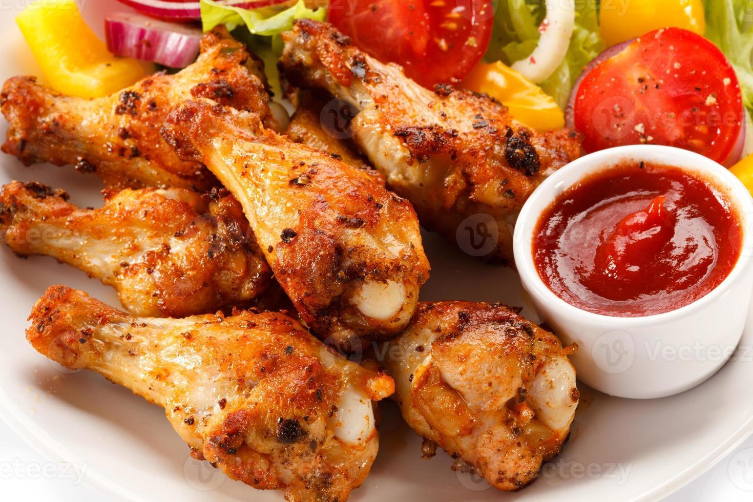 grillade kycklingvingar och grönsaker foto