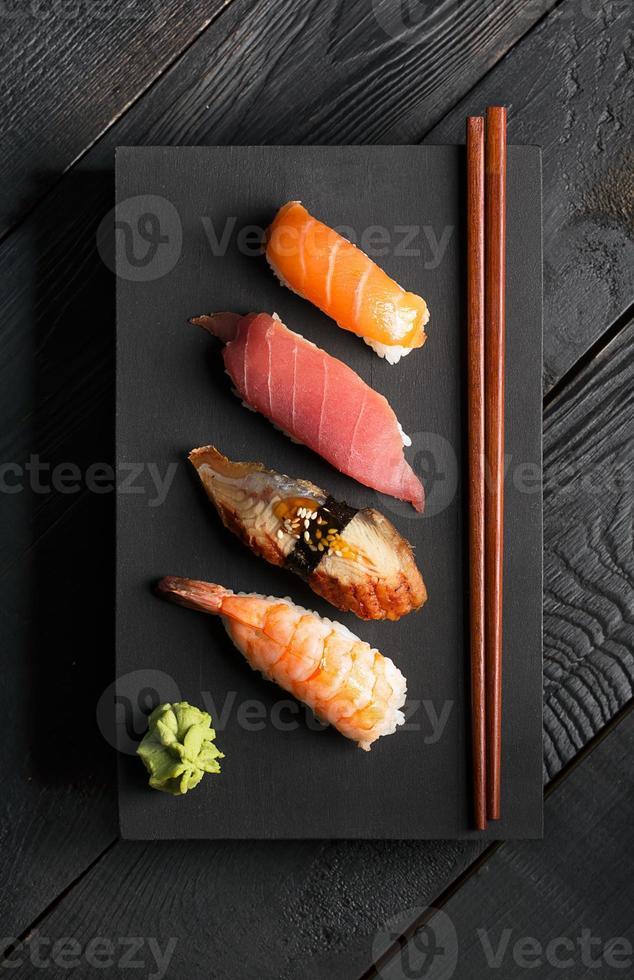 traditionell japansk sushi foto
