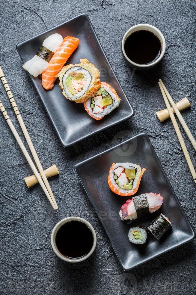 sushi för två serveras på svart sten foto