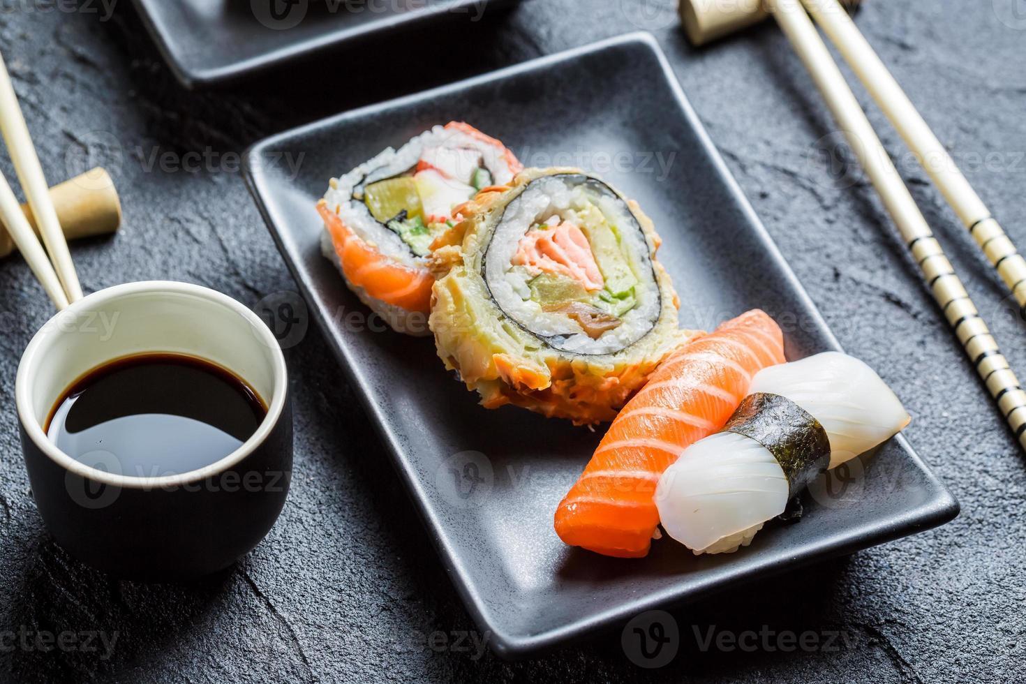 närbild av färsk sushi med sojasås foto