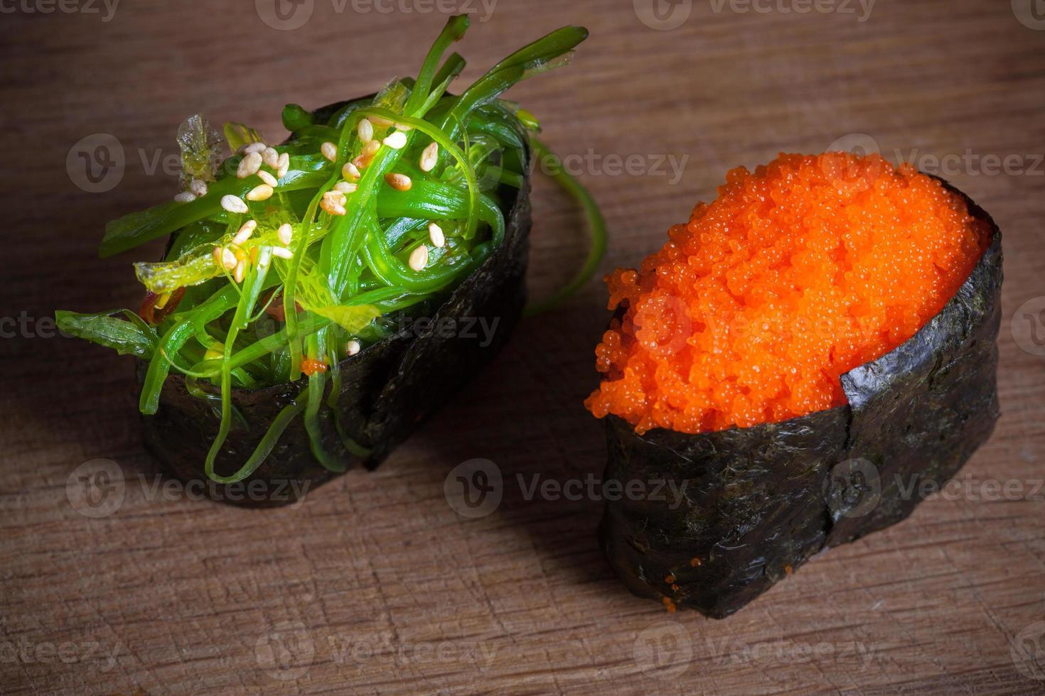 färsk sushi på träbakgrund foto