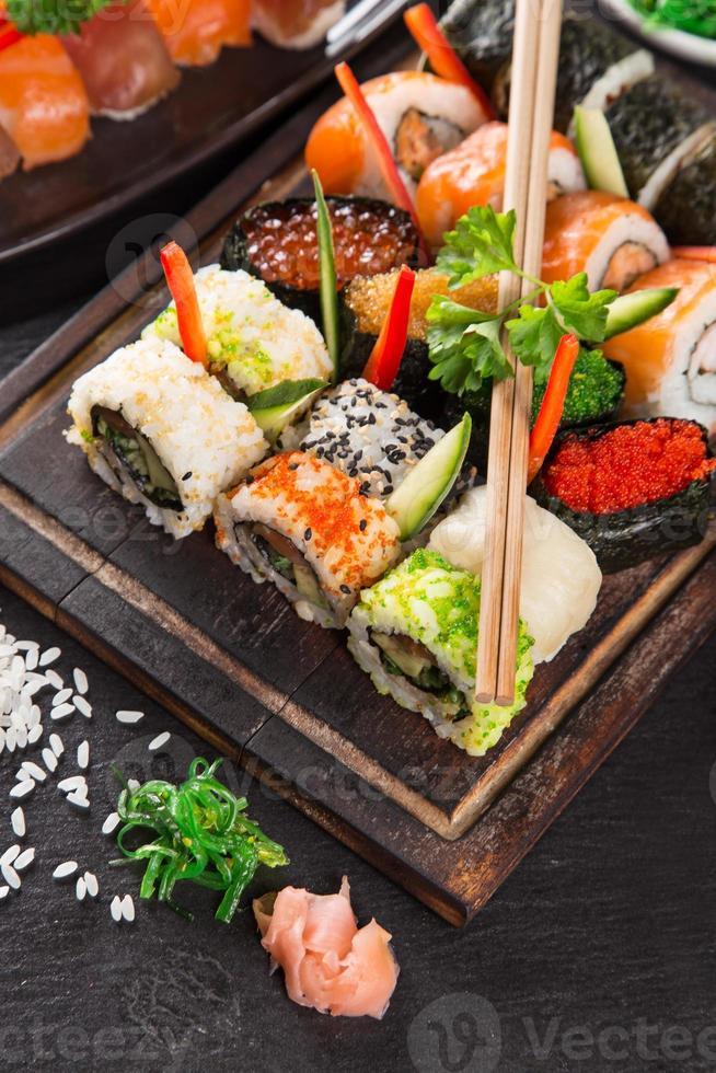 japansk skaldjurssushiuppsättning foto