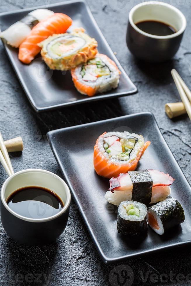 sushi för två serveras med sojasås foto
