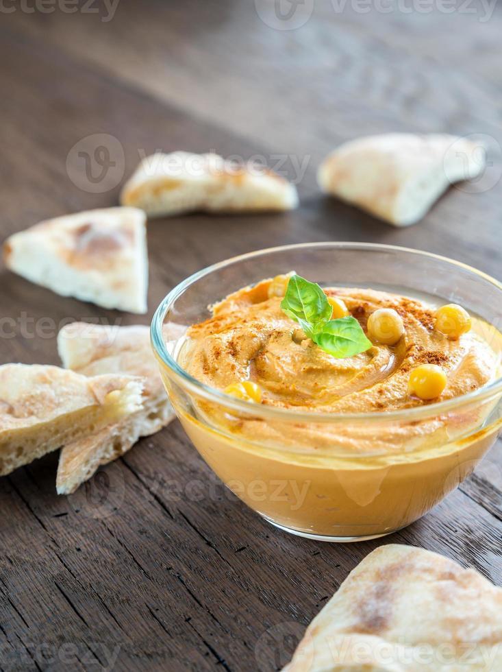 skål med hummus med pitabröd foto