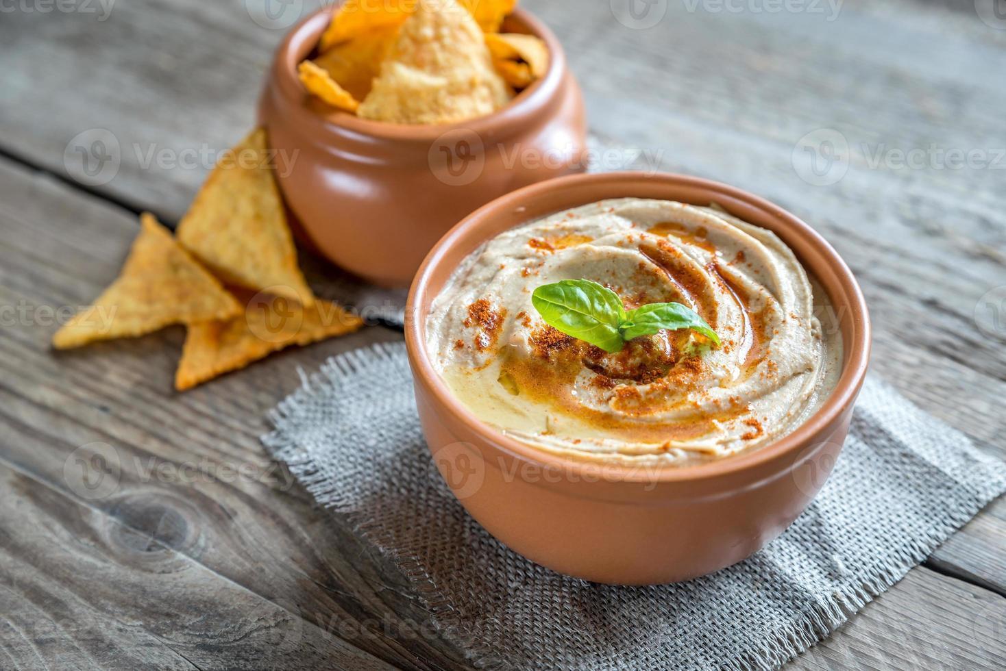 skål med hummus med majschips foto