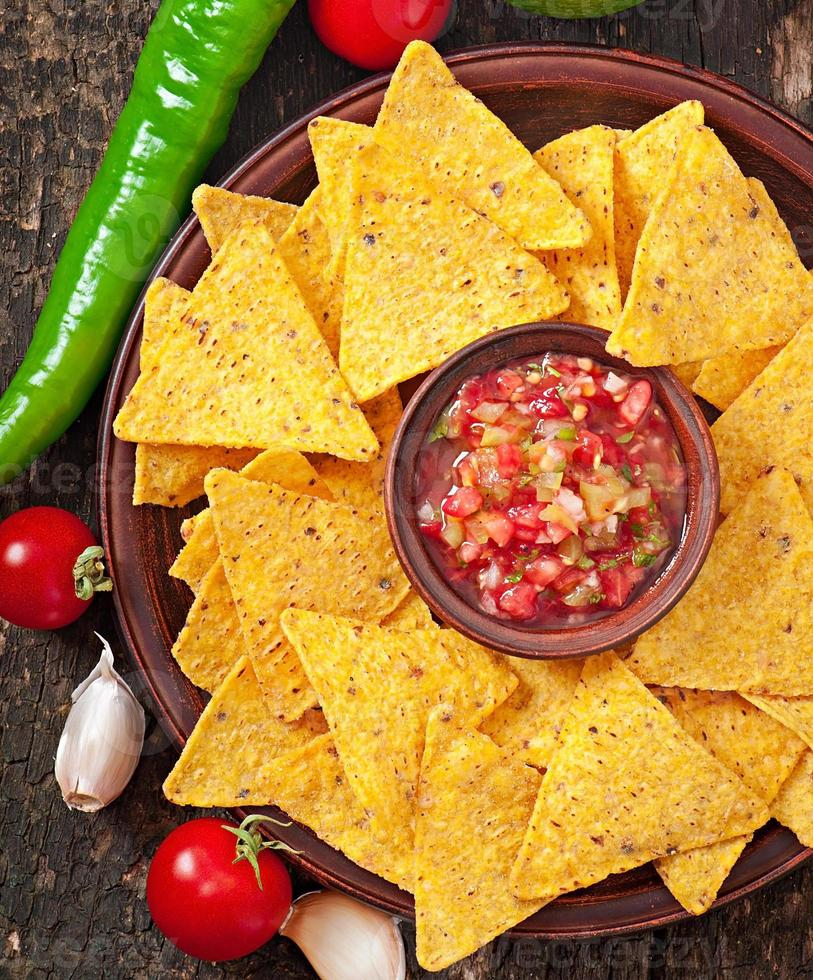 mexikanska nacho chips och salsa dopp i skålen foto