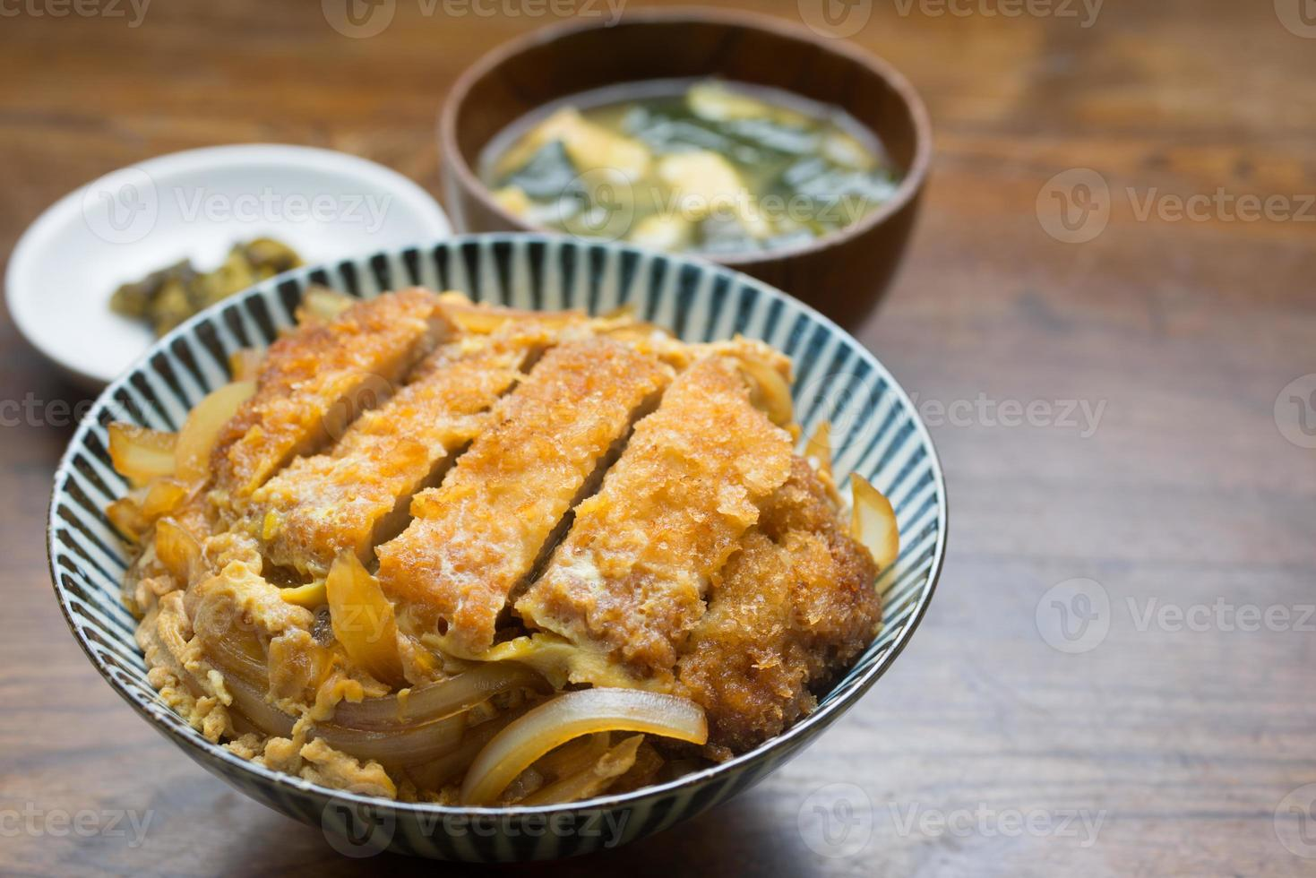 japansk mat katsudon foto
