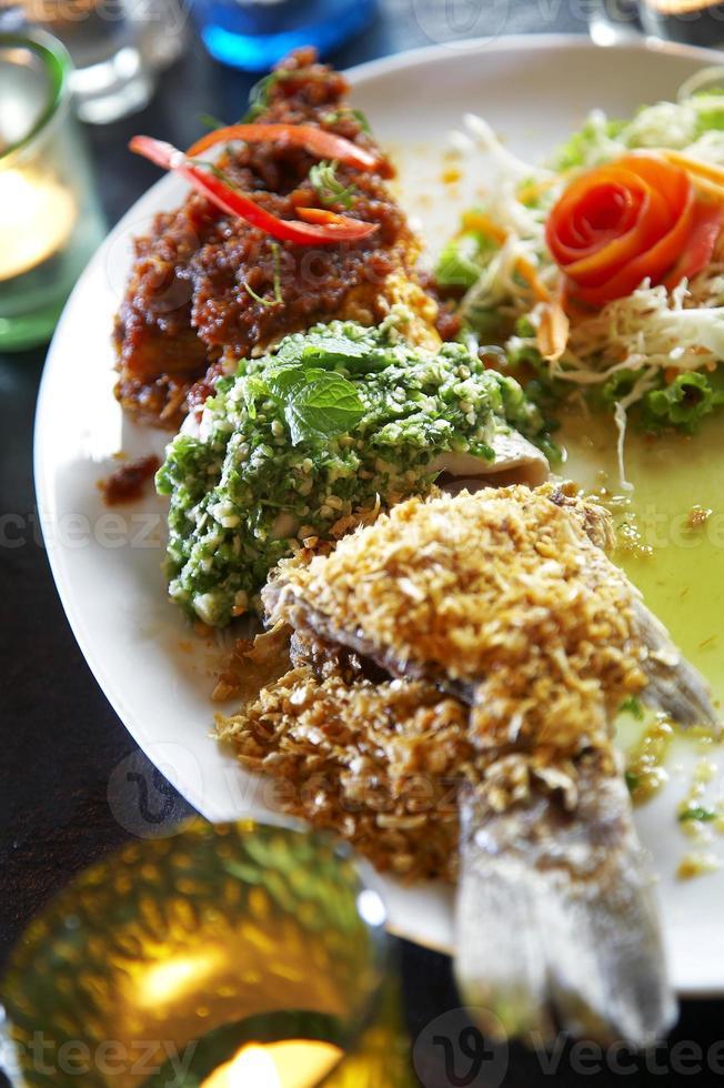 närbild thailändsk fisk curry stekt foto
