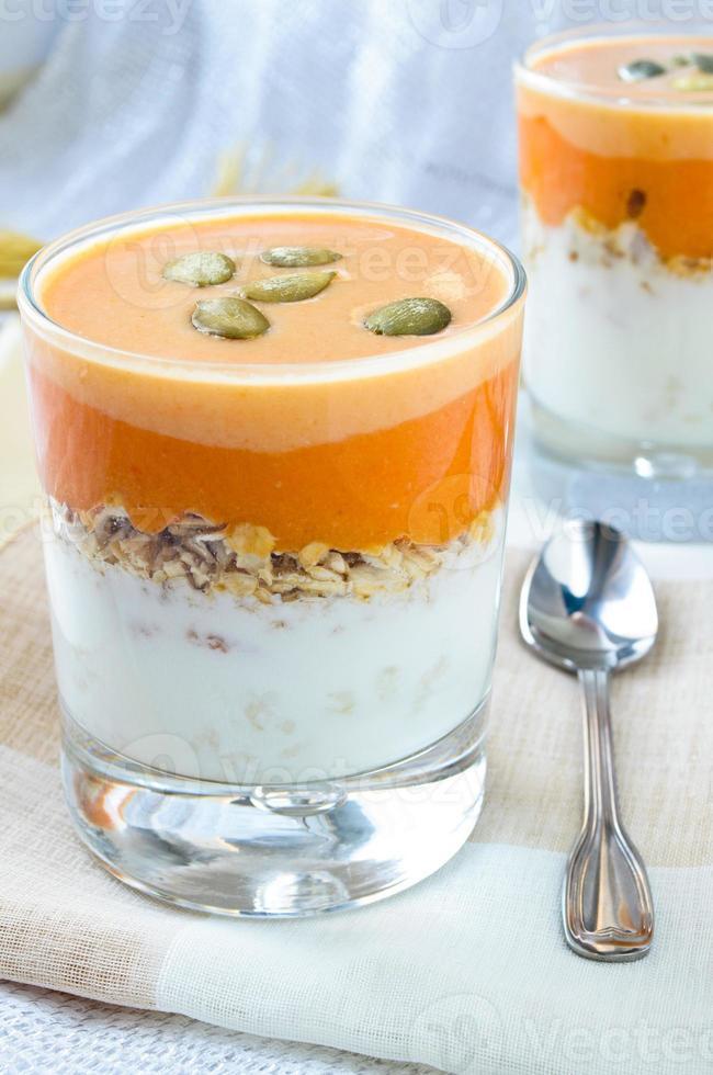granola med yoghurt, pumpa hård sås och utsäde foto
