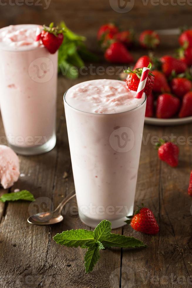uppfriskande hemlagad jordgubbsmjölkshake foto