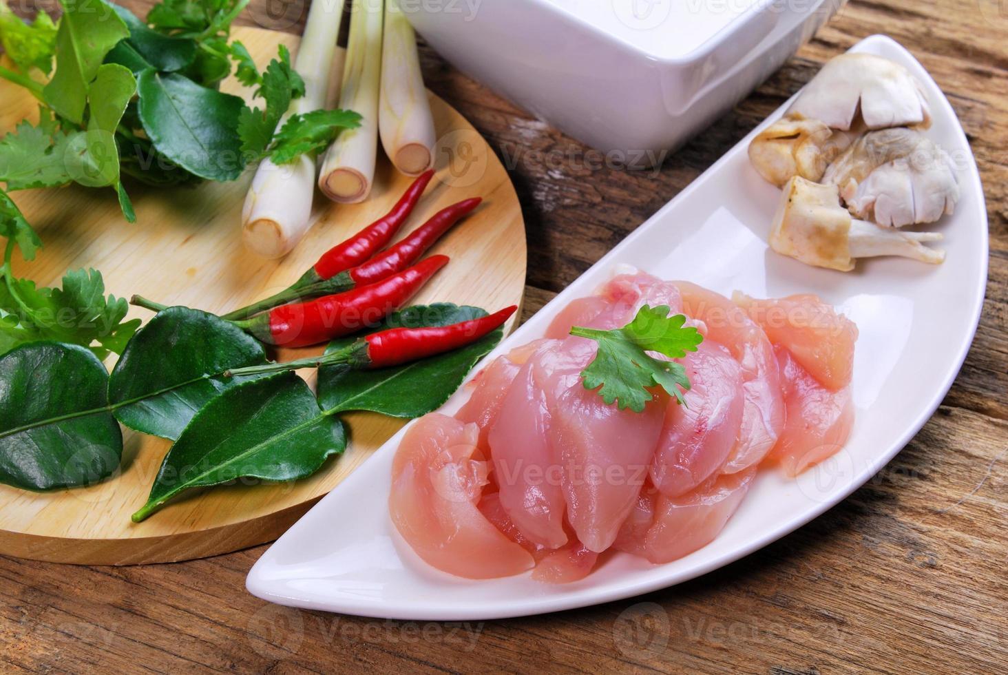 thailändsk mat tom kha kai kyckling i kokosnötsmjölksoppa foto